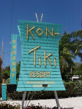 Kon-Tiki Resort: The entrance sign