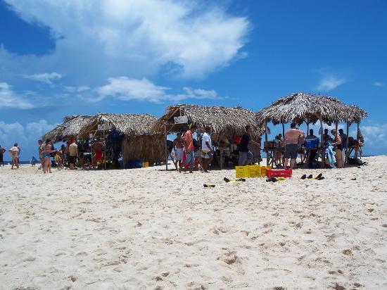 Paradise Island & The Mangroves (Cayo Arena): huts