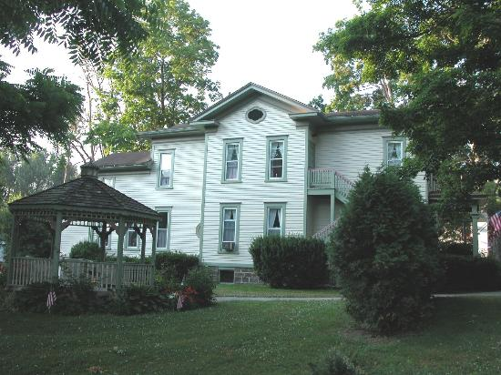 Carriage House Inn Bed & Breakfast : Side View of Inn
