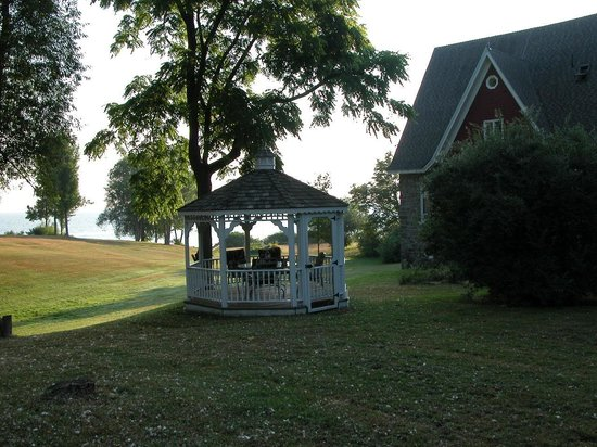 Carriage House Inn Bed & Breakfast: Closer view of Lower Gazebo and Lake Ontario