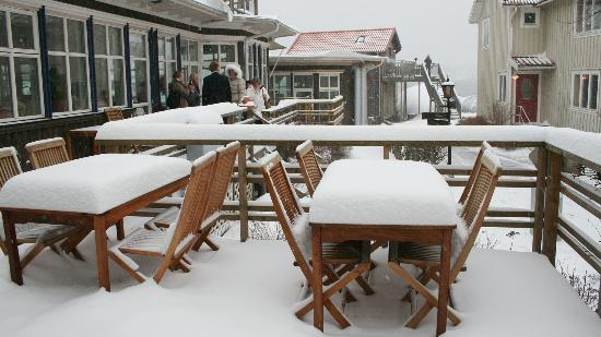 Nösund Havshotell: Snow covered the outdoor breakfast area...