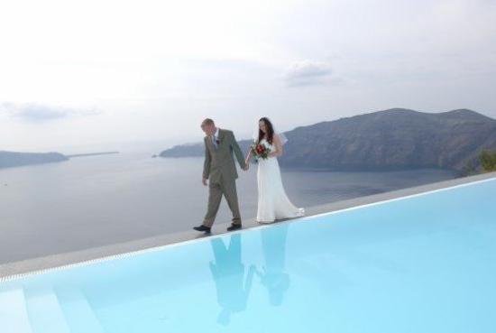 Anastasis Apartments: Walking by the pool at Anastasis