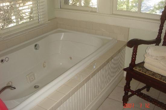 Lakeport English Inn: the jacuzzi tub in the Robinhood room