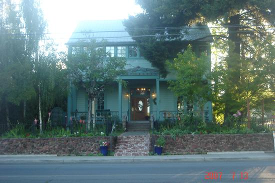 a front view of Lakeport English Inn
