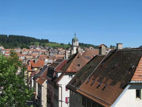 La Chaux-de-Fonds, Zwitserland: Rooftops from a railroad bridge near the center of town
