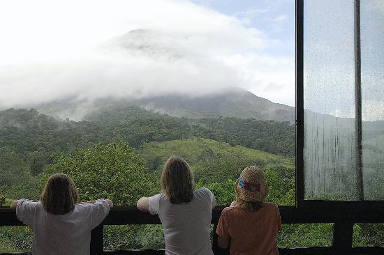 Arenal Kioro Suites & Spa : The volcano from the dining room