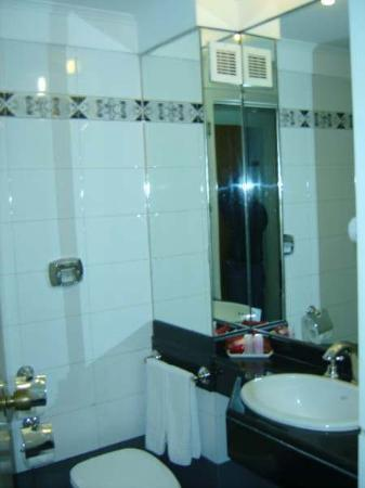 Hotel Dolmen: bathroom