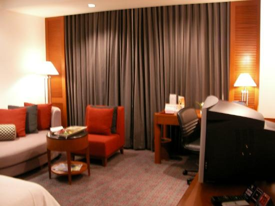 Amari Watergate Bangkok: lounge area in the room