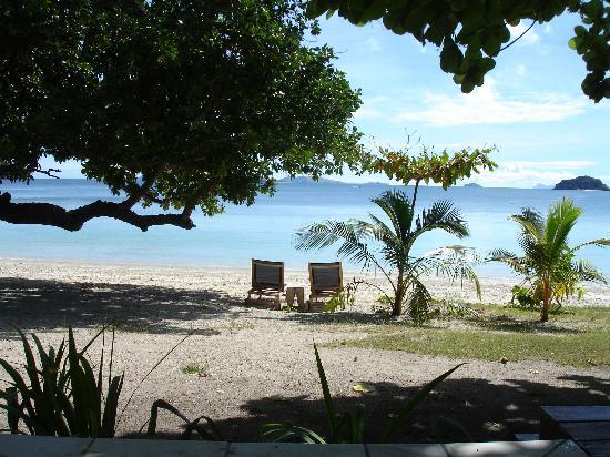 Likuliku Lagoon Resort: outside bure beware spikey grass