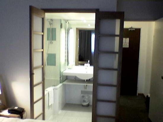Novotel Paris Suresnes Longchamp : The bathroom