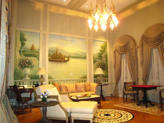 The Dhara Dhevi Chiang Mai : Our living room with large picture panels & beautiful chandelier