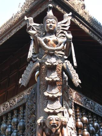 The Dhara Dhevi Chiang Mai : Sophiticated & intricate handcrafted woodworkinging display everywhere.