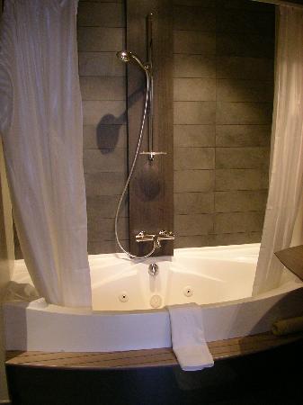 Hotel Harmony: Bathroom - bathtub (with whirlpool-jets)