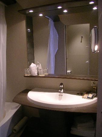 Hotel Harmony: Bathroom - sink