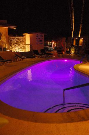 Desert Hot Springs, CA: The pool at night with beautiful color changing lights