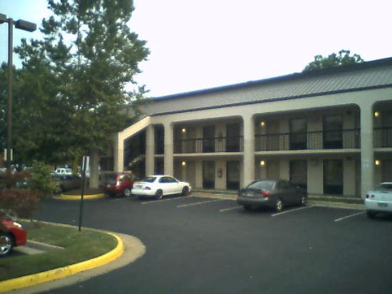 BEST WESTERN Dulles Airport Inn : Parking area in back