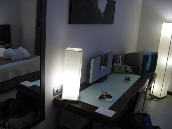 Hotel Ciutat de Girona : Lighting, desk, CD player, TV