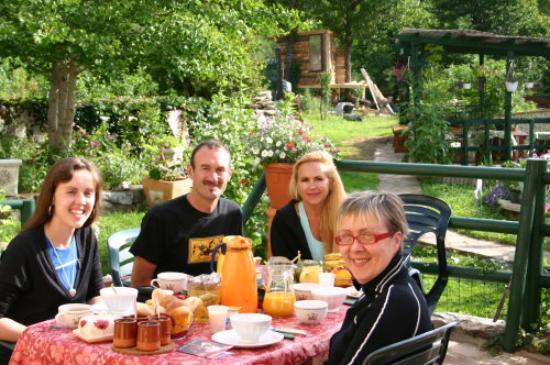 L'Oustal : Breakfast on the patio