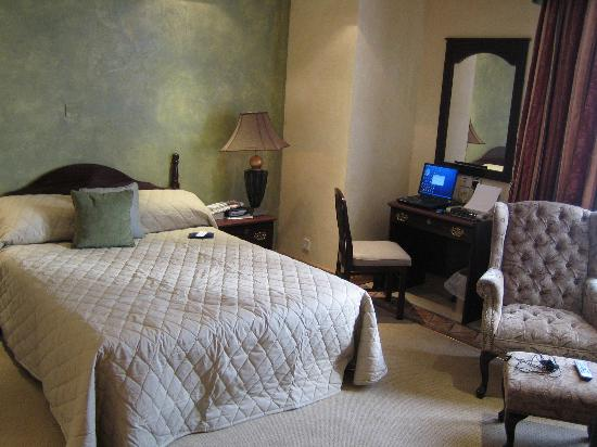 Victoria Crown Plaza Hotel : The business Suite Bedroom (My choice)