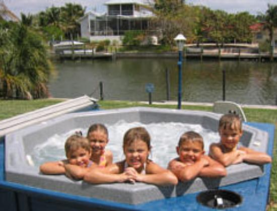 Beach Road Villas: Kids in the spa!