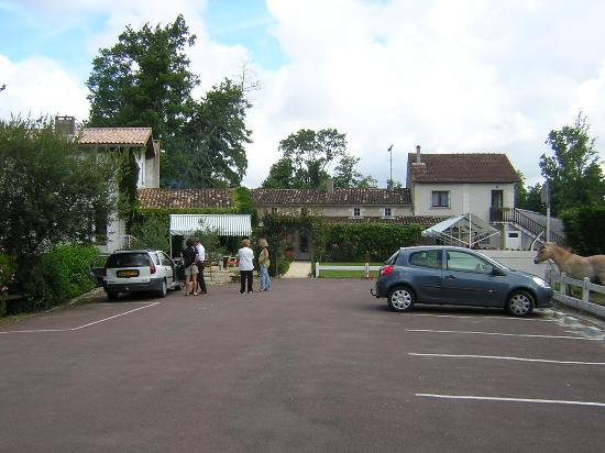 Saint-Caprais de Blaye, Francja: Auberge viewed from car park
