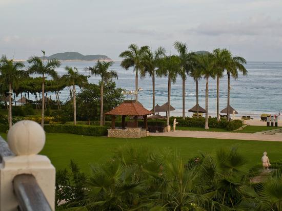 Sanya Marriott Yalong Bay Resort & Spa: Grounds and beach