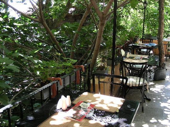 Poem Hotel Istanbul : The breakfast patio