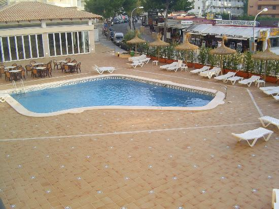 Lively Magaluf Hotel: The pool and outdoor area.