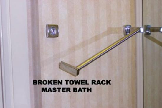 Marriott's BeachPlace Towers: Broken Towel Rack