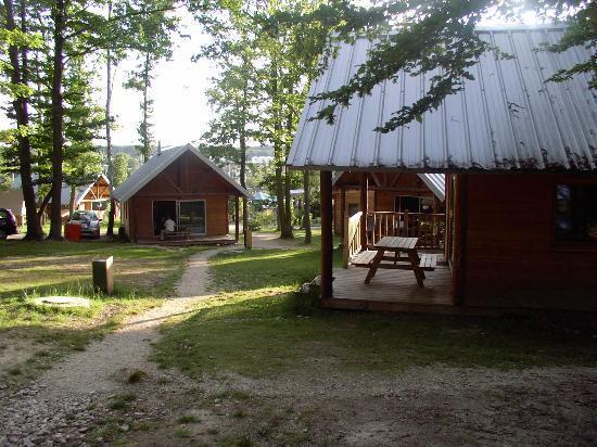 Camping Huttopia Versailles : Cabanes (Hütten) und Zeltstellplatz (links)