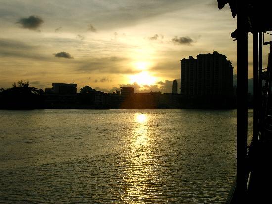 Sarawak, Malaisie : Sunset on the Rejang River.