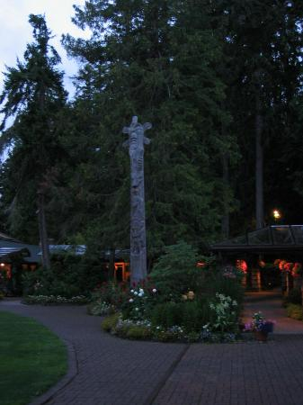 Kiana Lodge: Kiana Gardens at dusk