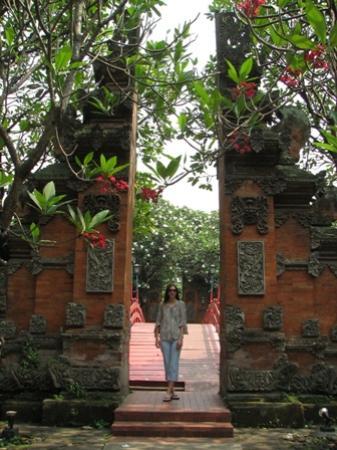 The Sultan Hotel & Residence Jakarta: Balinese split gate
