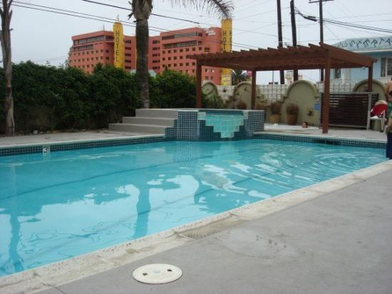 Del Mar Inn: The pool with a small hot tub and a jacuzzi.