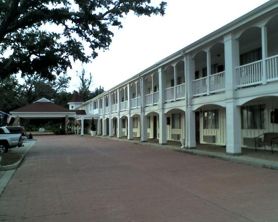 Gulf Hills Hotel & Conference Center: Front of hotel with brick road