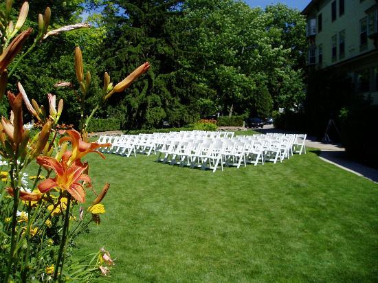 Stafford's Bay View Inn: Garden setting for wedding