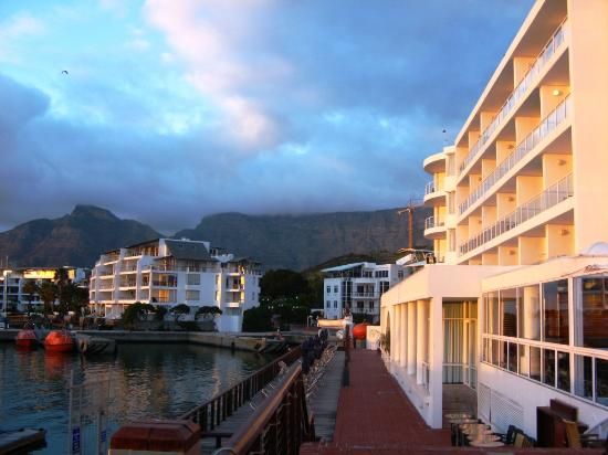 Radisson Blu Hotel Waterfront, Cape Town : the Hotel with Table Mountain in the background