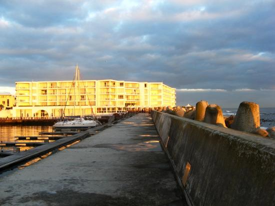 Radisson Blu Hotel Waterfront, Cape Town: the hotel in the morning sun