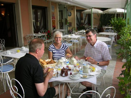 Hotel du Golfe : Breakfast outside