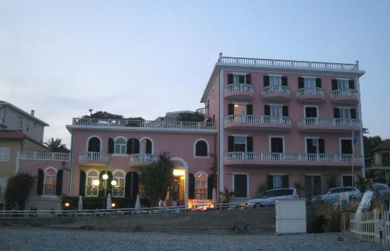 Piccolo Lido: The hotel in the evening