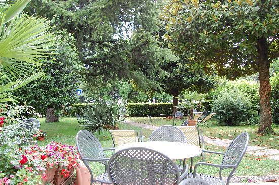 Hotel Europa: Garden & Patio at rear of hotel