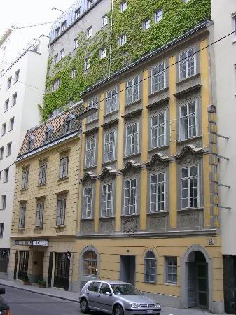 Hotel Das Tigra: front (Mozart stayed in the old part)