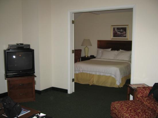 Residence Inn Buffalo Amherst: View from livingroom into lower bedroom
