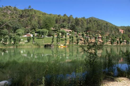 Coto Ríos, España: Vista de la laguna delante del hotel