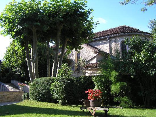 Martel, France: Hotel garden & chapel