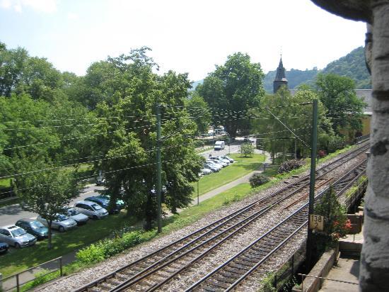 Hotel Kranenturm: traintracks below bedroom