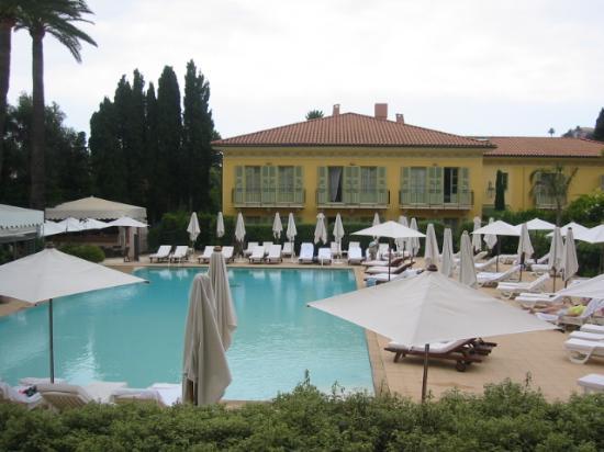Hotel Royal-Riviera: Huge pool & Orangerie in background