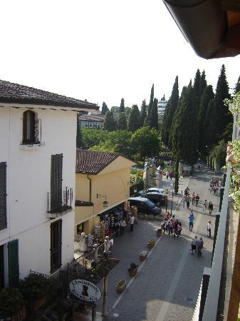 Hotel Mavino: Shops and restaurants down the street