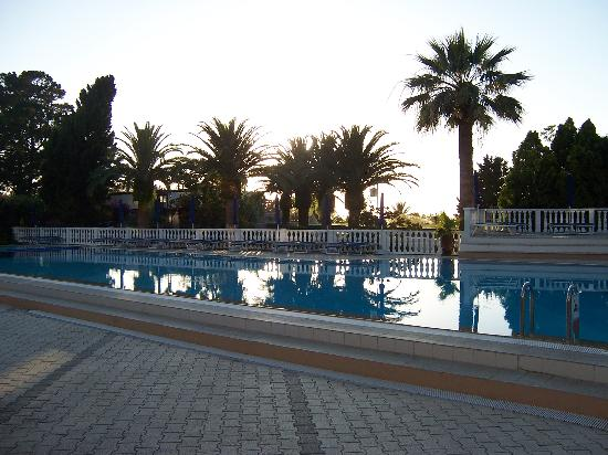 Rocca Nettuno: The hotel pool in the evening
