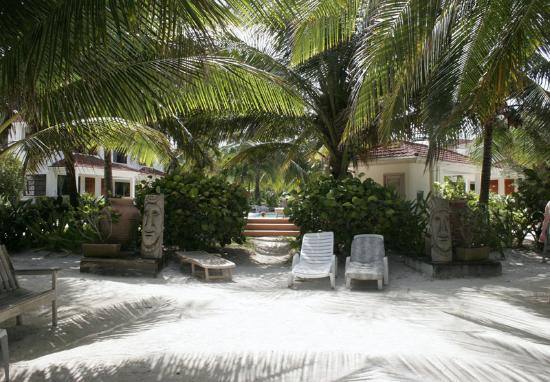 Belize Tradewinds Paradise Villas: The grounds directly inside the gate